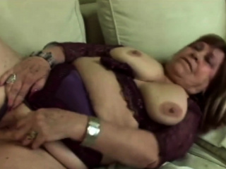Hot gilf gets her cunt fingered deeply