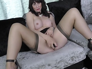 Toni Lace British mature mom feeding her old cunt