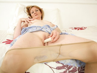 UK gilf Clare fucks her pantyhosed pussy with a dildo